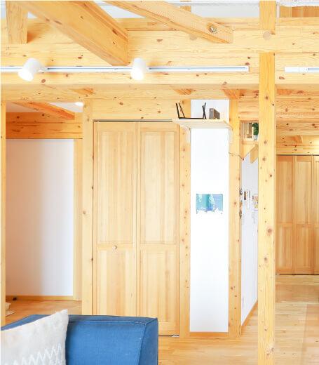 サイエンスホームの建物は木が出ているデザイン。この作り方は、真壁(しんかべ)作りといいます。