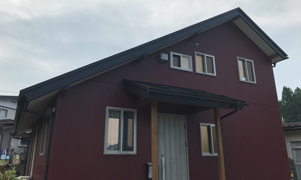 サイエンスホームの施工事例|ダイナミックな大屋根と赤い外壁のおうち
